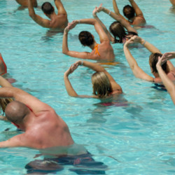 Many people doing sport in a pool