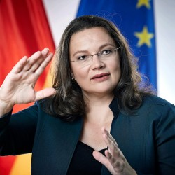 اندريا نالز: إمّا ان اصبح ربة بيت واسرة أو مستشارة المانيا